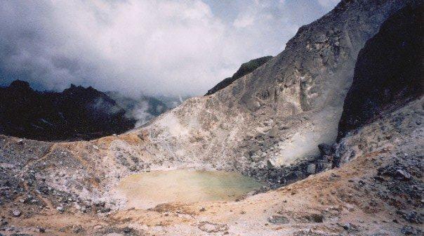 Hiking in Berastagi: the crater of Gunung Sibayak
