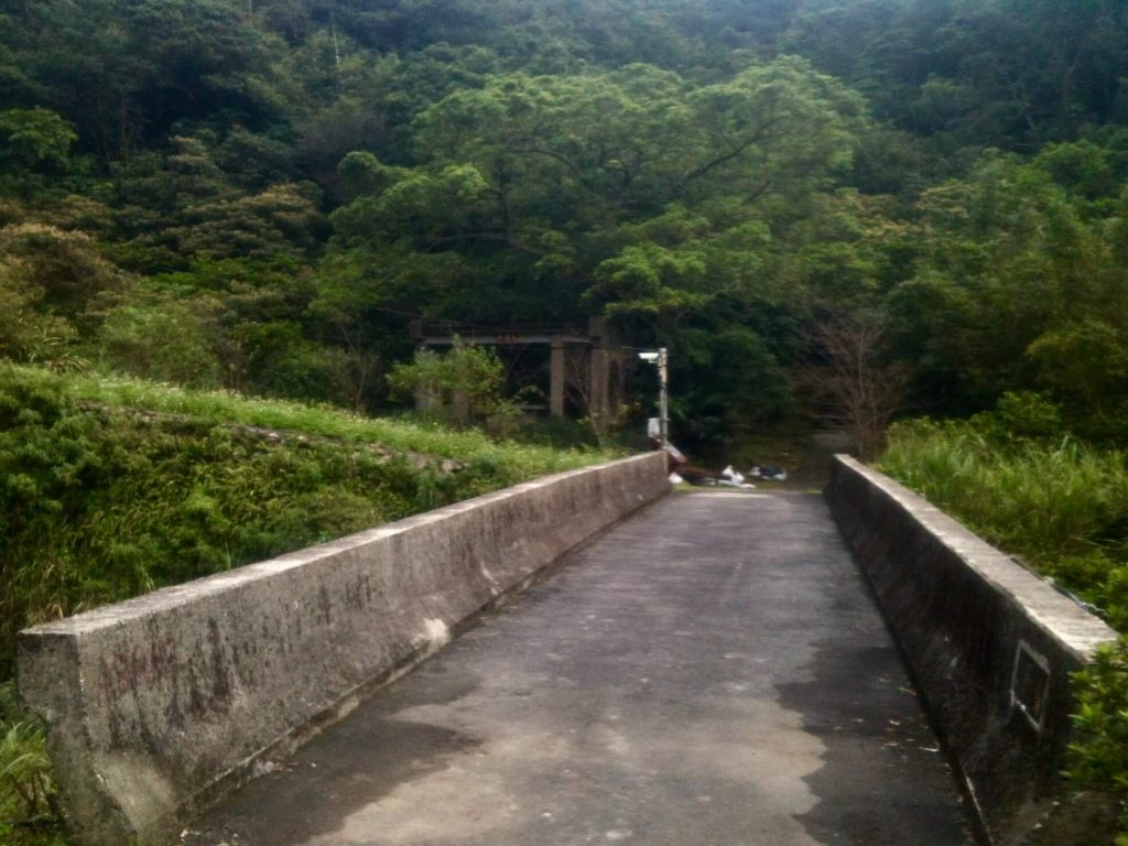 Bridge towards the Jinzibei Trail