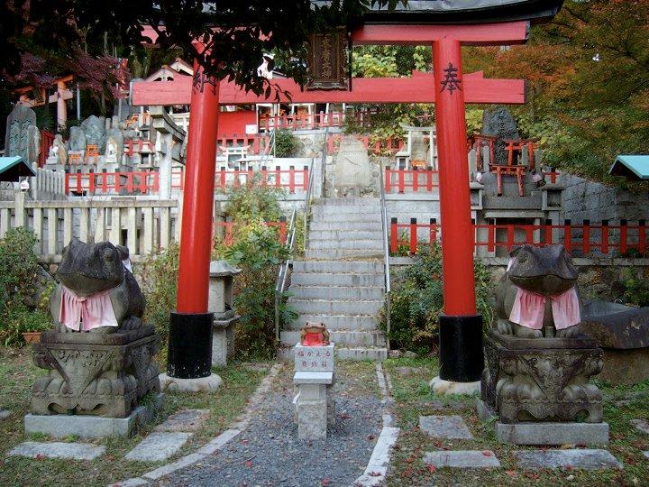 Fushimi Inari frog statues