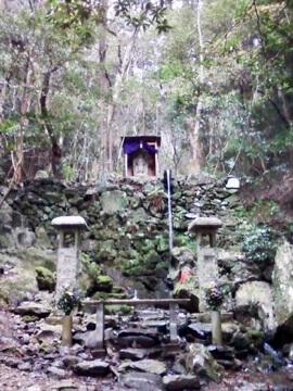 Small shrine along the Kami Daigo trail