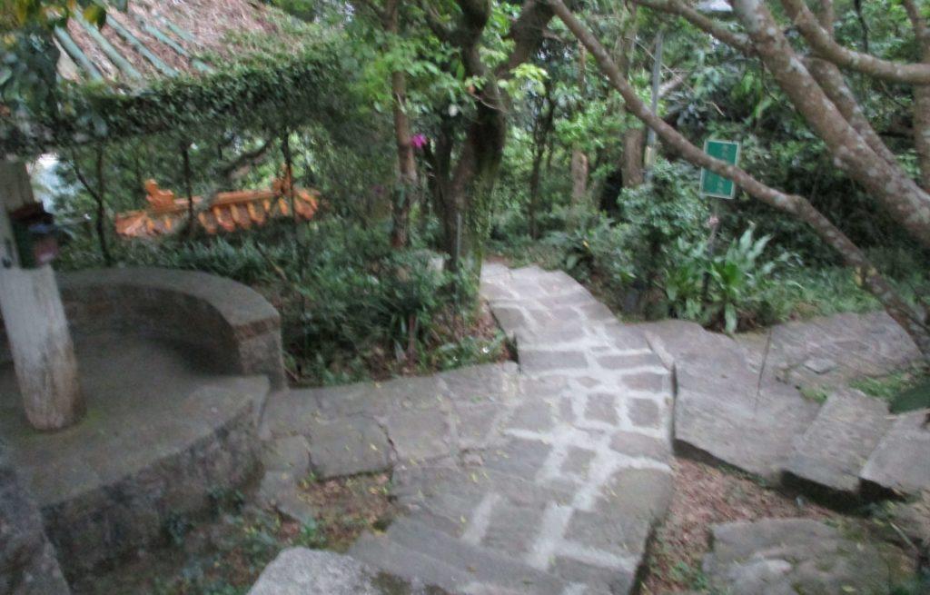 Hiking trail down to Neihu from Zhongyongshan