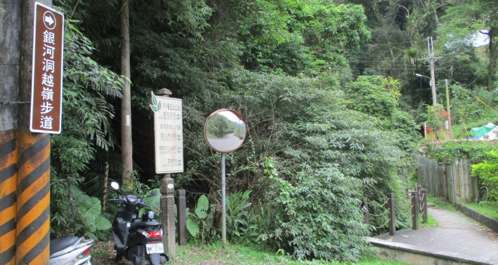 Start of the Yinhe Cave Temple trail